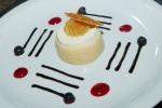 Mouse de doce de leite com queijo minas frescal, coberta com calda de doce de leite e telha crocante de amêndoas