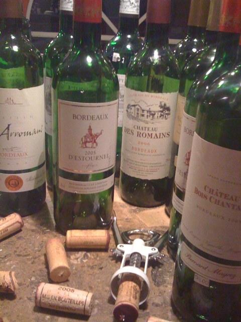 Garrafas de Bordeaux vazias no final da noite